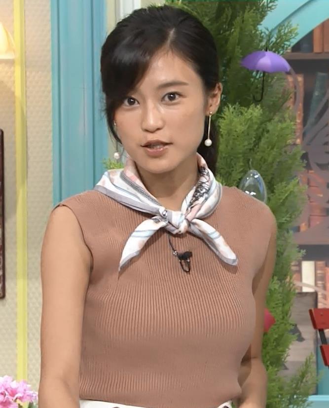 小島瑠璃子 裸に見えるような色のノースリーブで激しくおっぱいをアピールキャプ・エロ画像4