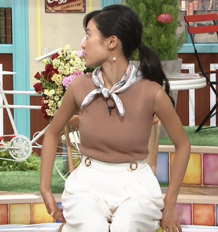小島瑠璃子 裸に見えるような色のノースリーブで激しくおっぱいをアピールキャプ・エロ画像6