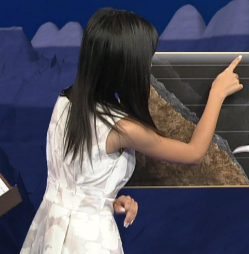 小島瑠璃子 ノースリーブの隙間からインナーがチラリキャプ・エロ画像