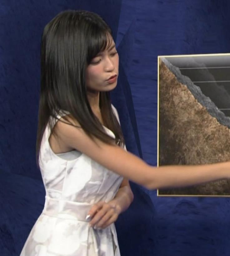 小島瑠璃子 ノースリーブの隙間からインナーがチラリキャプ・エロ画像2