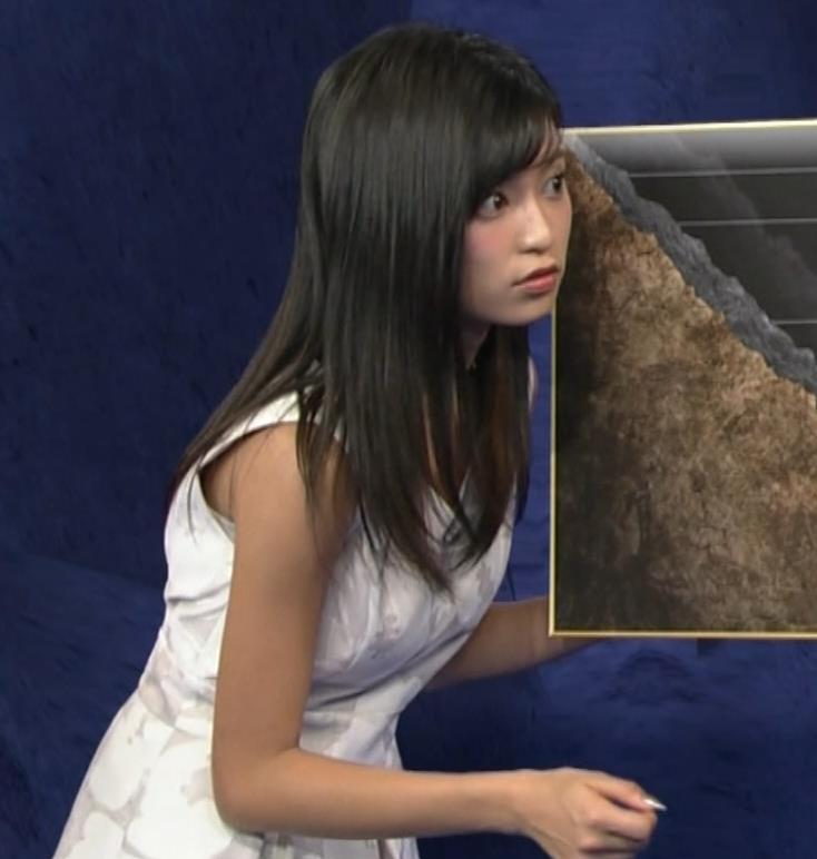小島瑠璃子 ノースリーブの隙間からインナーがチラリキャプ・エロ画像3