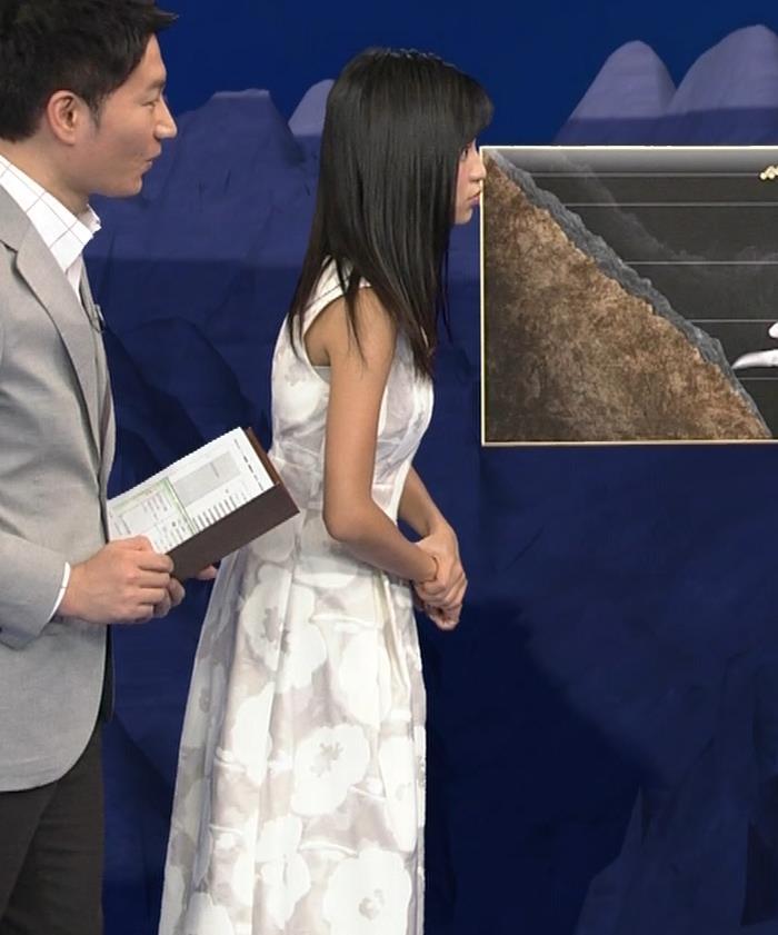 小島瑠璃子 ノースリーブの隙間からインナーがチラリキャプ・エロ画像6