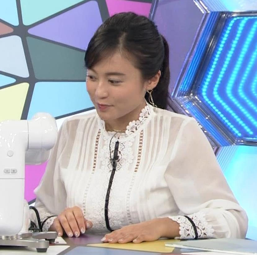 小島瑠璃子 お乳を机に乗せる