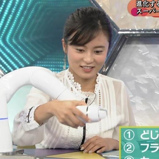 小島瑠璃子 お乳を机に乗せるキャプ画像(エロ・アイコラ画像)