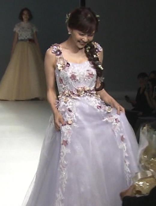 倉科カナ ウェディングドレスでおっぱいチラリキャプ・エロ画像