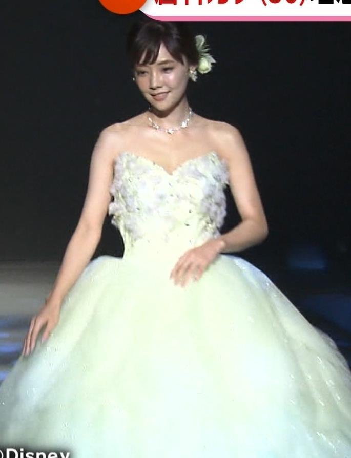 倉科カナ ウェディングドレスでおっぱいチラリキャプ・エロ画像9