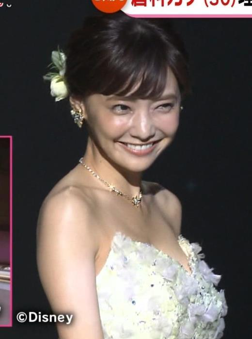 倉科カナ ウェディングドレスでおっぱいチラリキャプ画像(エロ・アイコラ画像)