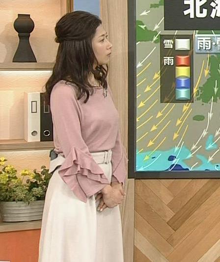 桑子真帆アナ ゆったり目の服でも横乳が大きそうキャプ・エロ画像