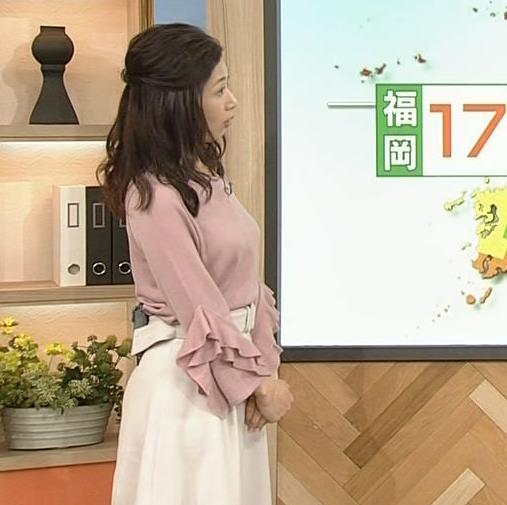 桑子真帆アナ ゆったり目の服でも横乳が大きそうキャプ・エロ画像2