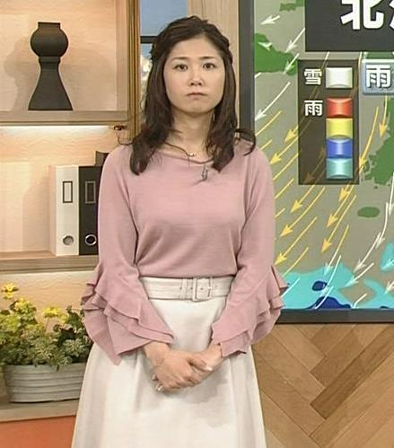 桑子真帆アナ ゆったり目の服でも横乳が大きそうキャプ・エロ画像3