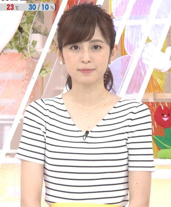 久慈暁子アナ 体のラインがでる薄手の横縞Tシャツキャプ・エロ画像5