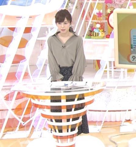 久慈暁子アナ 胸元がはだけているようなシャツキャプ・エロ画像3