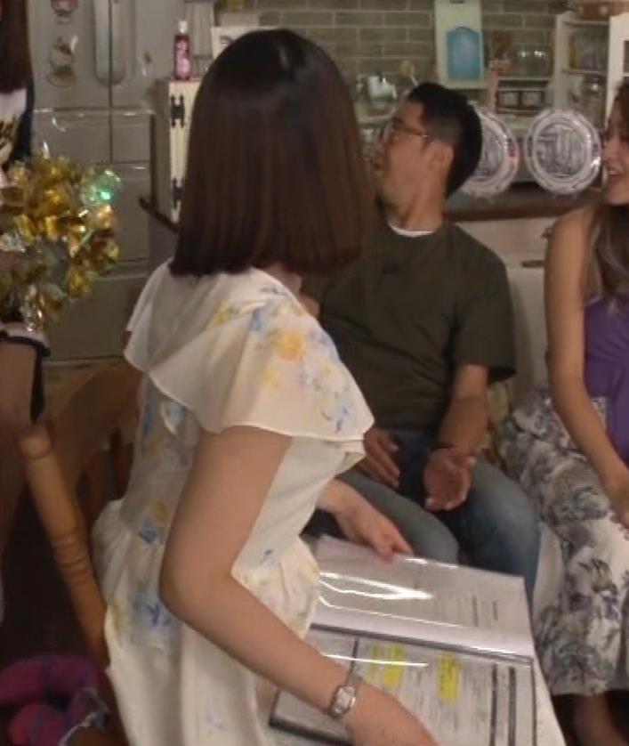 角谷暁子アナ 横乳&ちょいワキちら!かなり巨乳みたいですキャプ・エロ画像14