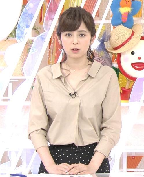 久慈暁子アナ はだけぎみシャツの胸元キャプ・エロ画像3