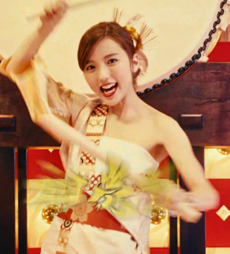 真野恵里菜 エロい姿で太鼓をたたくCMキャプ・エロ画像