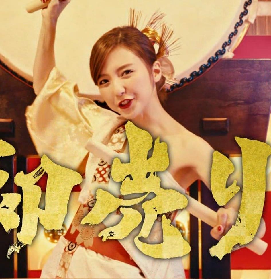 真野恵里菜 エロい姿で太鼓をたたくCMキャプ・エロ画像2