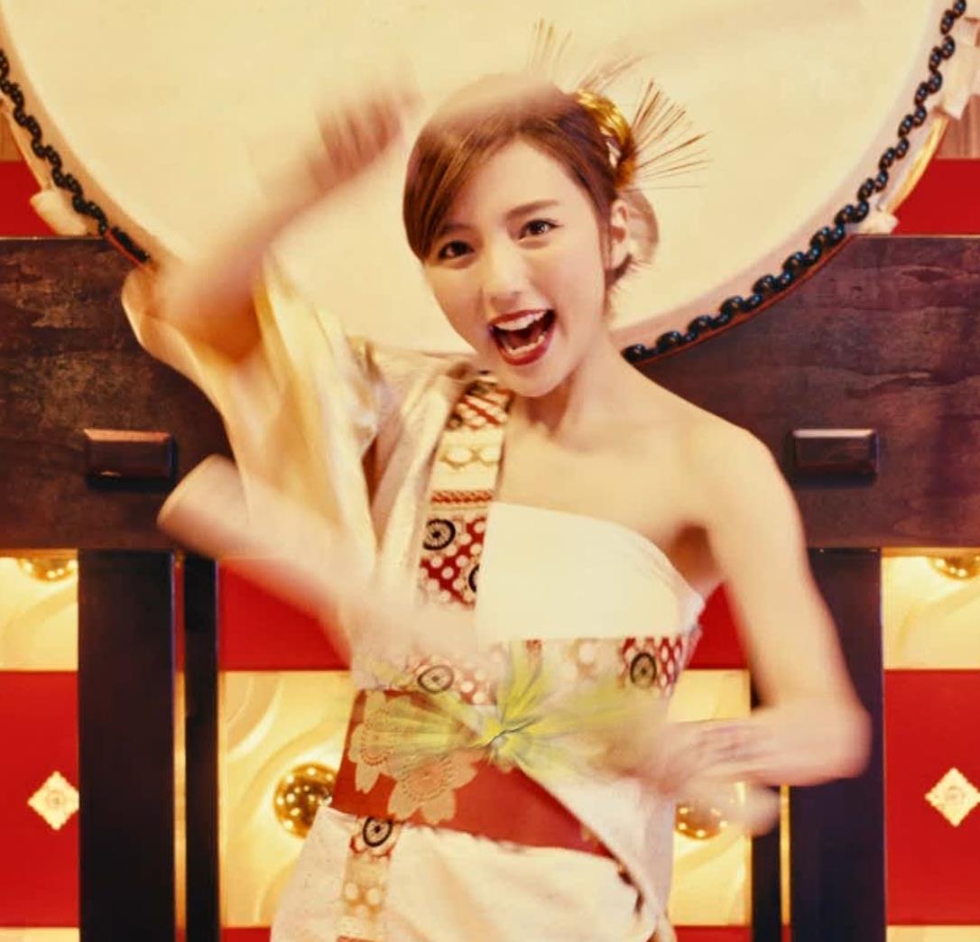 真野恵里菜 エロい姿で太鼓をたたくCMキャプ・エロ画像3