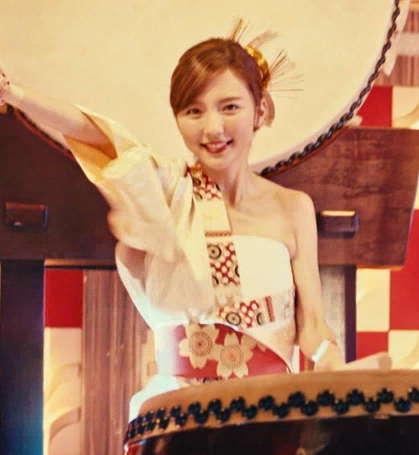真野恵里菜 エロい姿で太鼓をたたくCMキャプ・エロ画像4