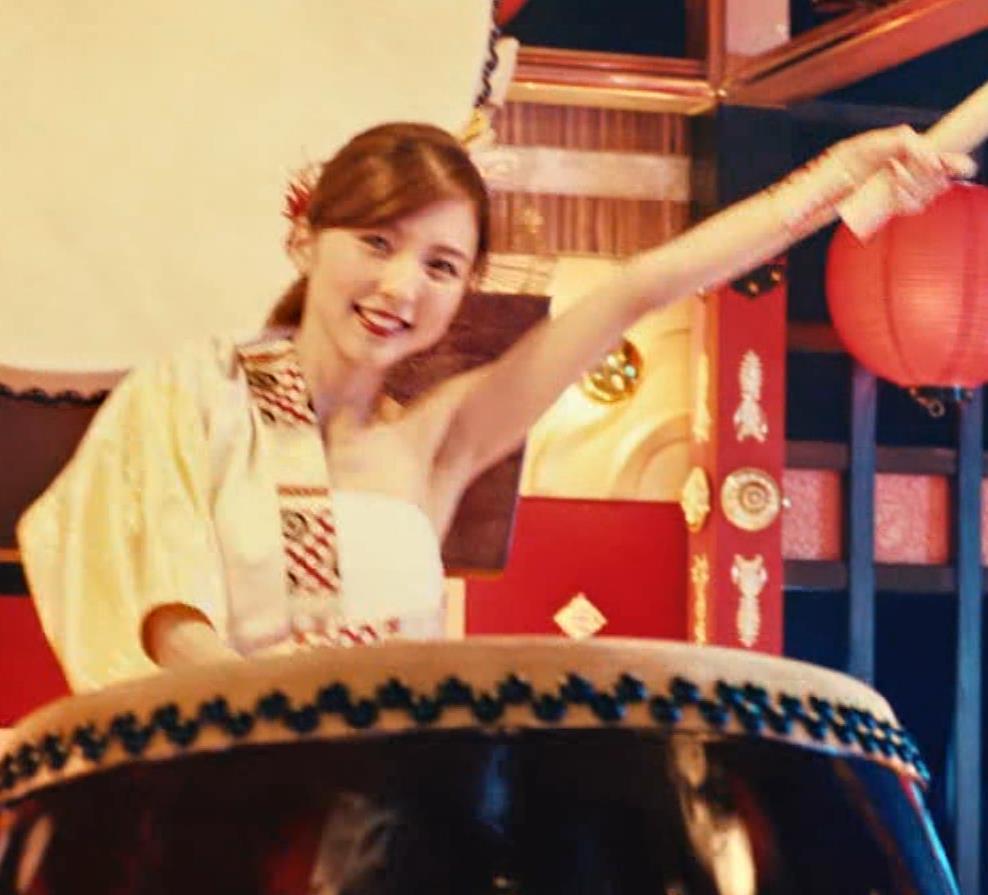 真野恵里菜 エロい姿で太鼓をたたくCMキャプ・エロ画像5