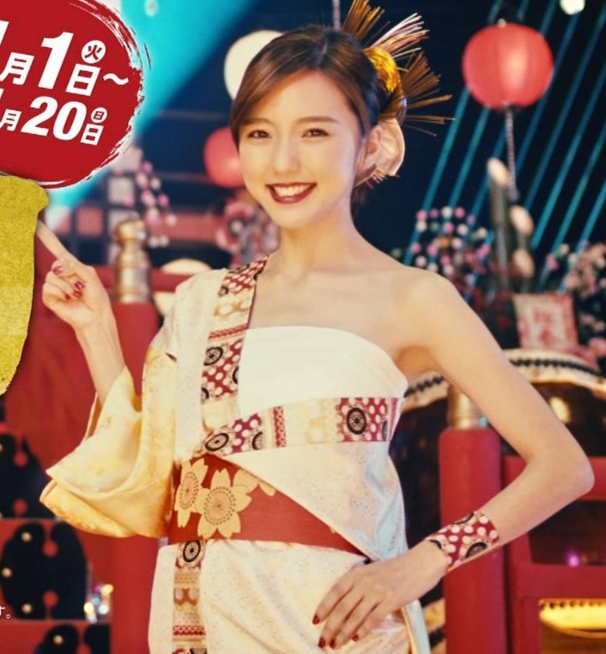 真野恵里菜 エロい姿で太鼓をたたくCMキャプ・エロ画像6