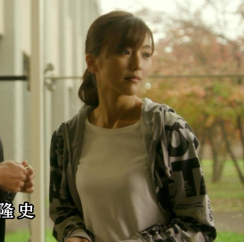 真野恵里菜 Tシャツおっぱいがエロい 「相棒」キャプ・エロ画像2