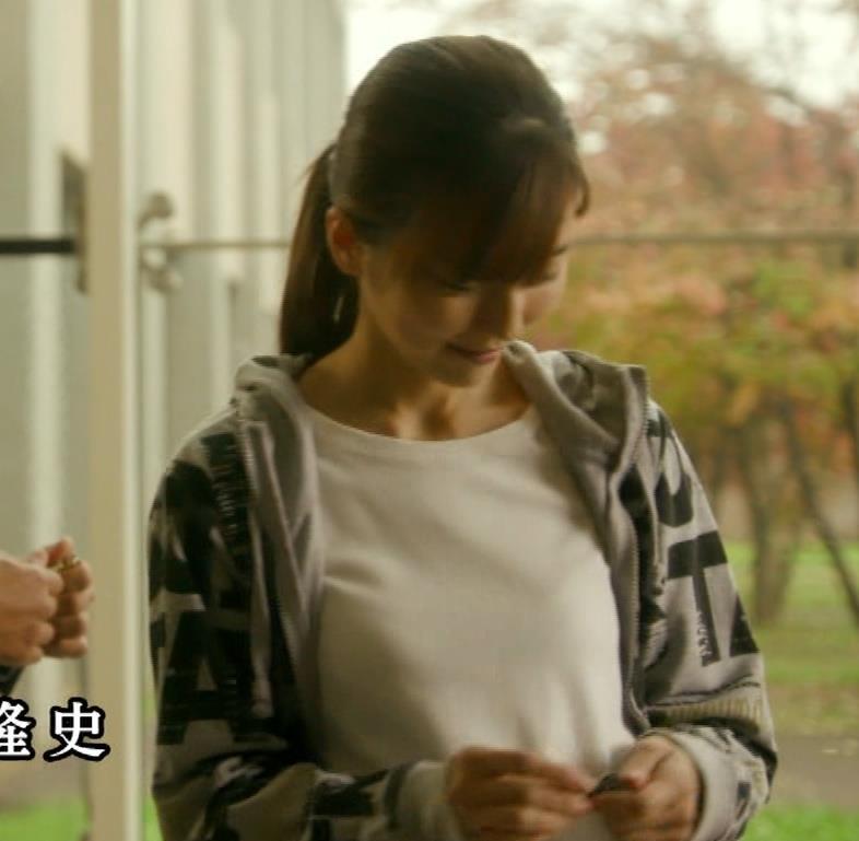 真野恵里菜 Tシャツおっぱいがエロい 「相棒」キャプ・エロ画像3