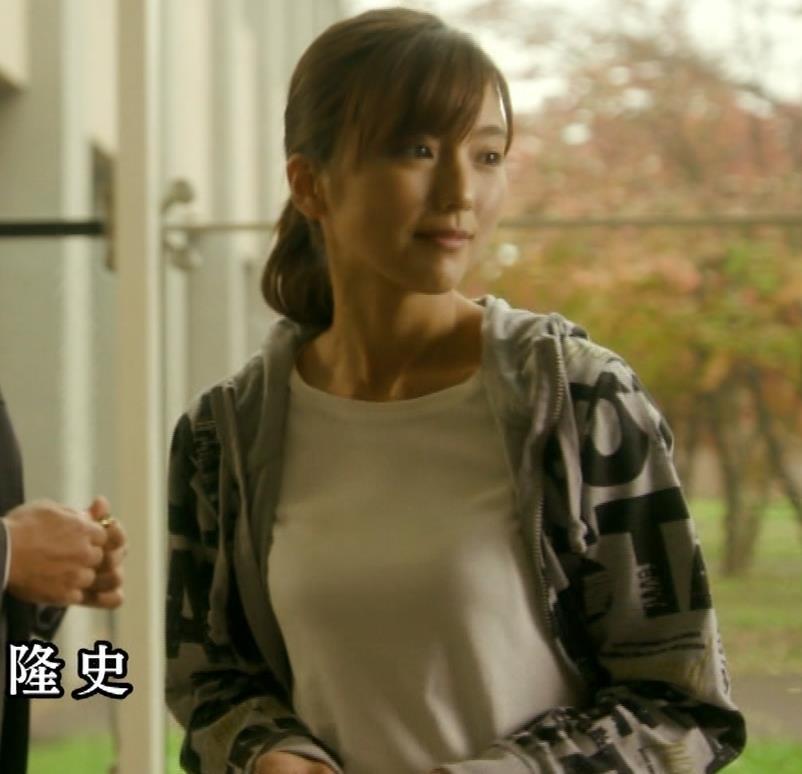 真野恵里菜 Tシャツおっぱいがエロい 「相棒」キャプ・エロ画像9