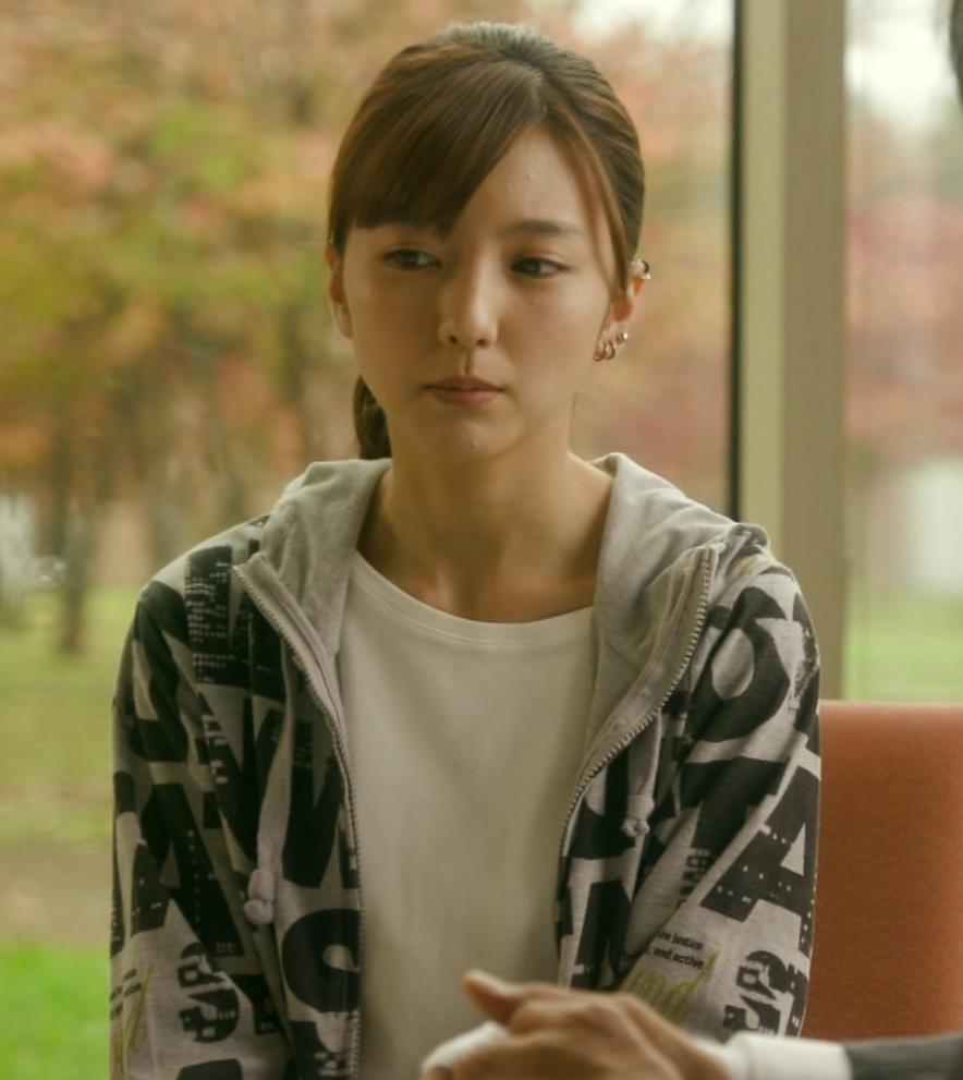 真野恵里菜 Tシャツおっぱいがエロい 「相棒」キャプ・エロ画像10