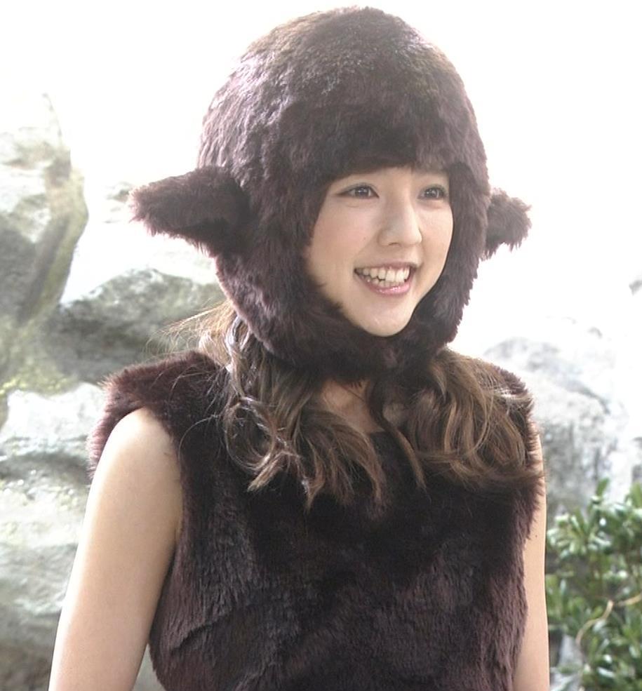 真野恵里菜 コントでのミニスカ太ももキャプ・エロ画像2