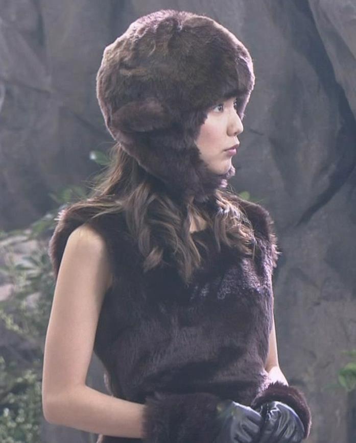 真野恵里菜 コントでのミニスカ太ももキャプ・エロ画像11