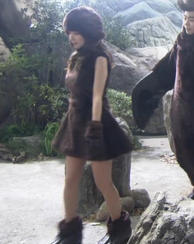 真野恵里菜 コントでのミニスカ太ももキャプ・エロ画像13