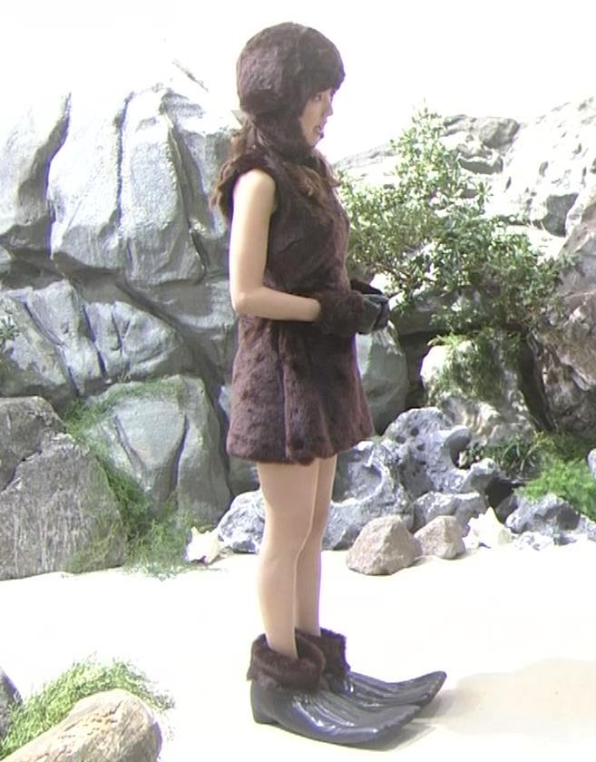 真野恵里菜 コントでのミニスカ太ももキャプ・エロ画像3