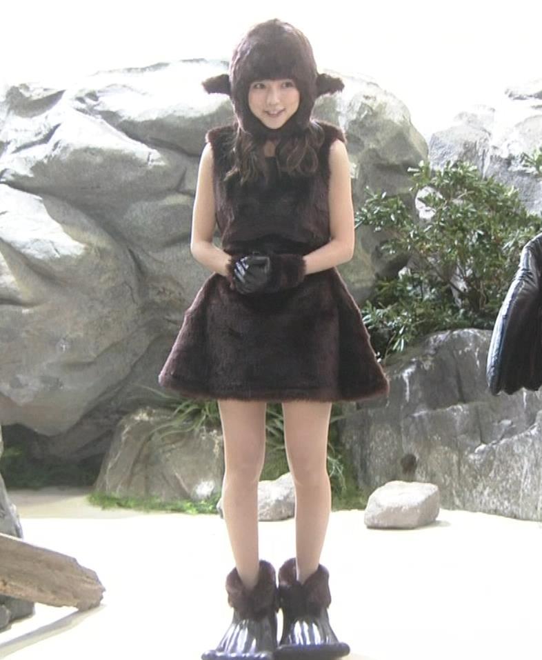 真野恵里菜 コントでのミニスカ太ももキャプ・エロ画像4