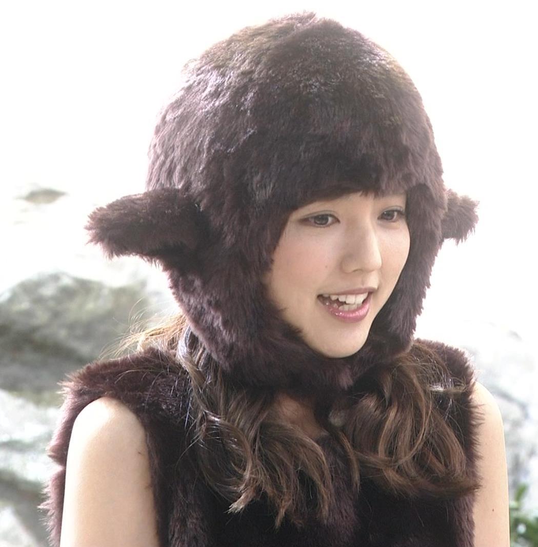 真野恵里菜 コントでのミニスカ太ももキャプ・エロ画像5