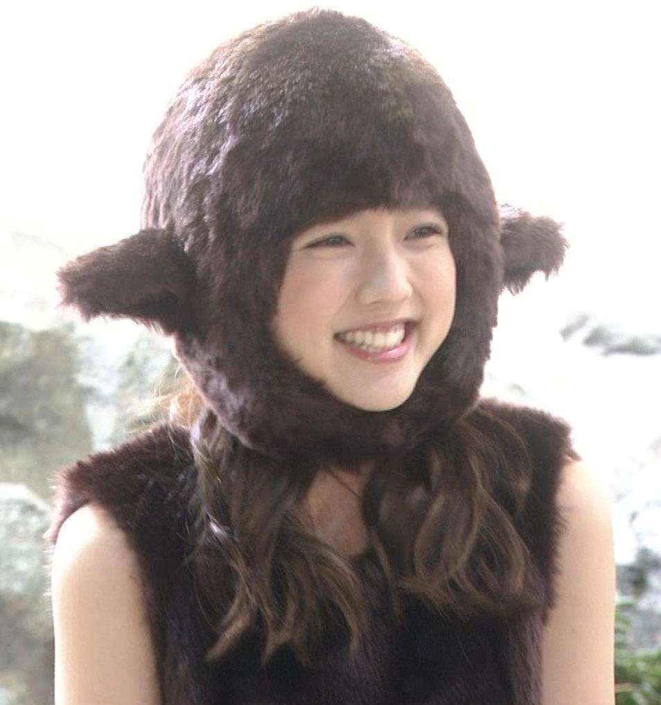 真野恵里菜 コントでのミニスカ太ももキャプ・エロ画像6