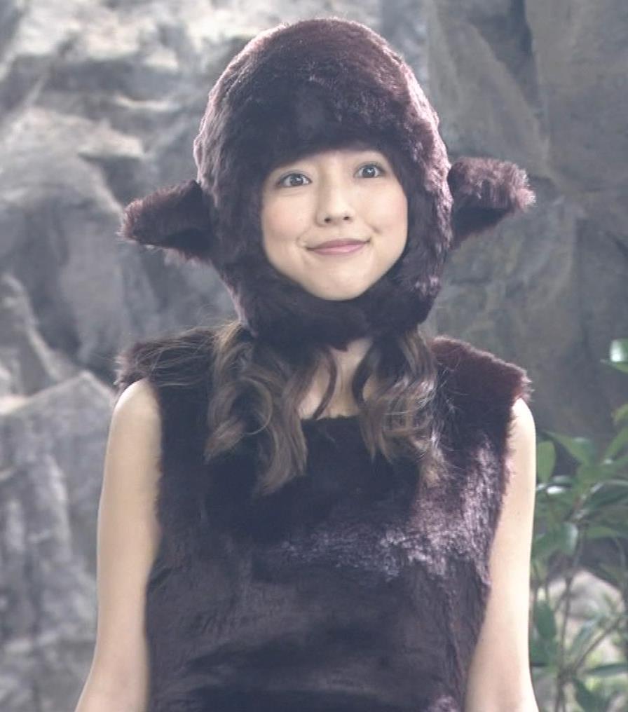真野恵里菜 コントでのミニスカ太ももキャプ・エロ画像9