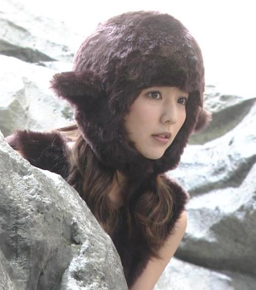 真野恵里菜 コントでのミニスカ太ももキャプ画像(エロ・アイコラ画像)