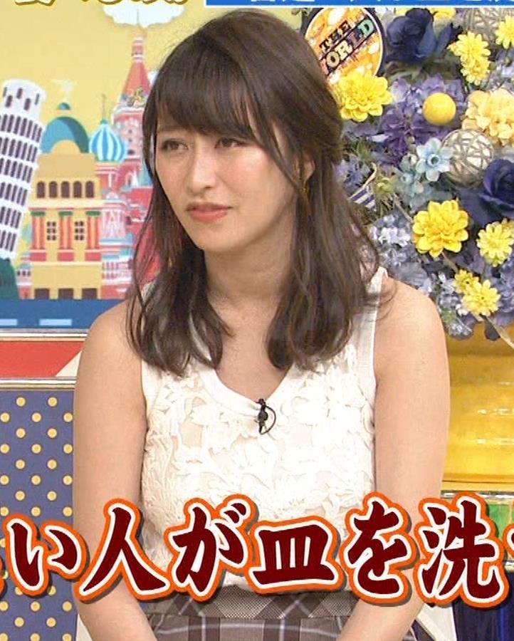 桝田絵理奈 前かがみでちょっと胸チラ&巨乳ノースリーブキャプ・エロ画像2