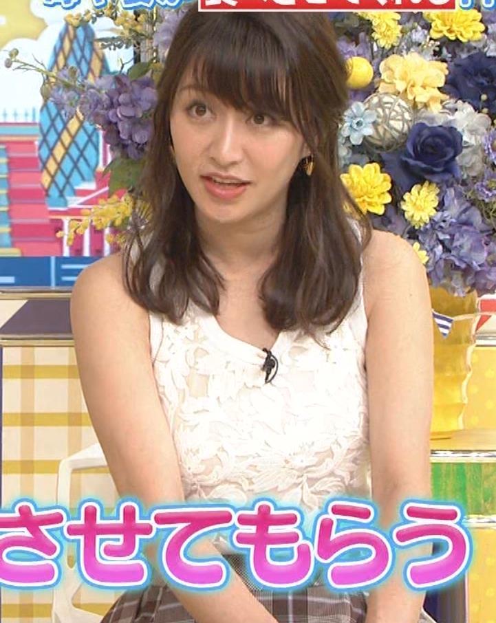 桝田絵理奈 前かがみでちょっと胸チラ&巨乳ノースリーブキャプ・エロ画像4