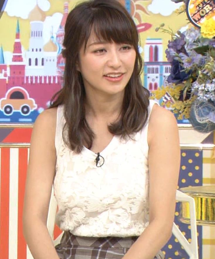 桝田絵理奈 前かがみでちょっと胸チラ&巨乳ノースリーブキャプ・エロ画像6