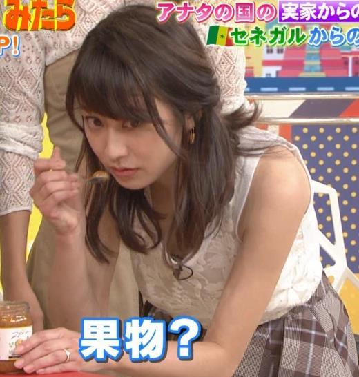 枡田絵理奈 前かがみでちょっと胸チラ&巨乳ノースリーブキャプ画像(エロ・アイコラ画像)