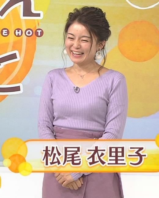 松尾衣里子 ニット乳とスカートのスリットがエロいキャプ・エロ画像2
