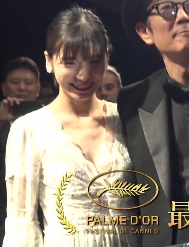 松岡茉優 胸元ざっくりセクシードレスキャプ・エロ画像