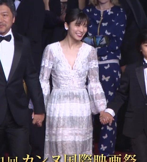 松岡茉優 胸元ざっくりセクシードレスキャプ・エロ画像3