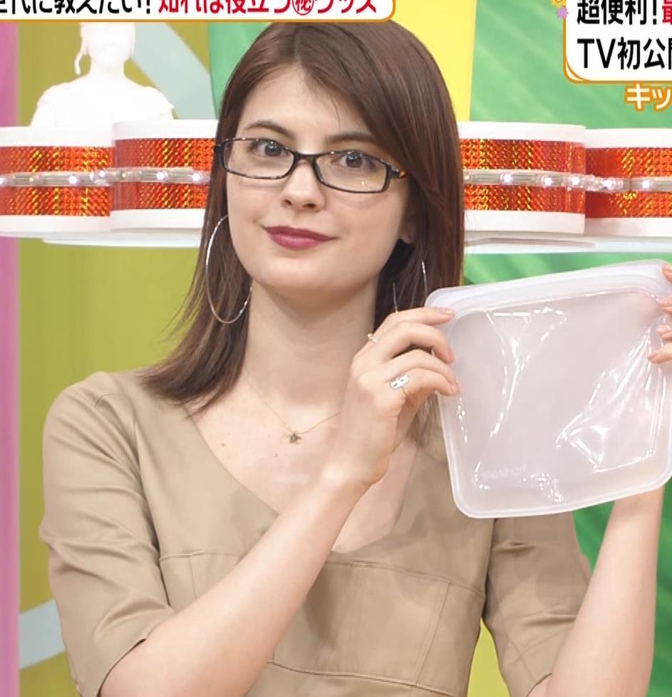 マギー 胸元が大きく開いた服でちょっとおっぱいチラキャプ・エロ画像14
