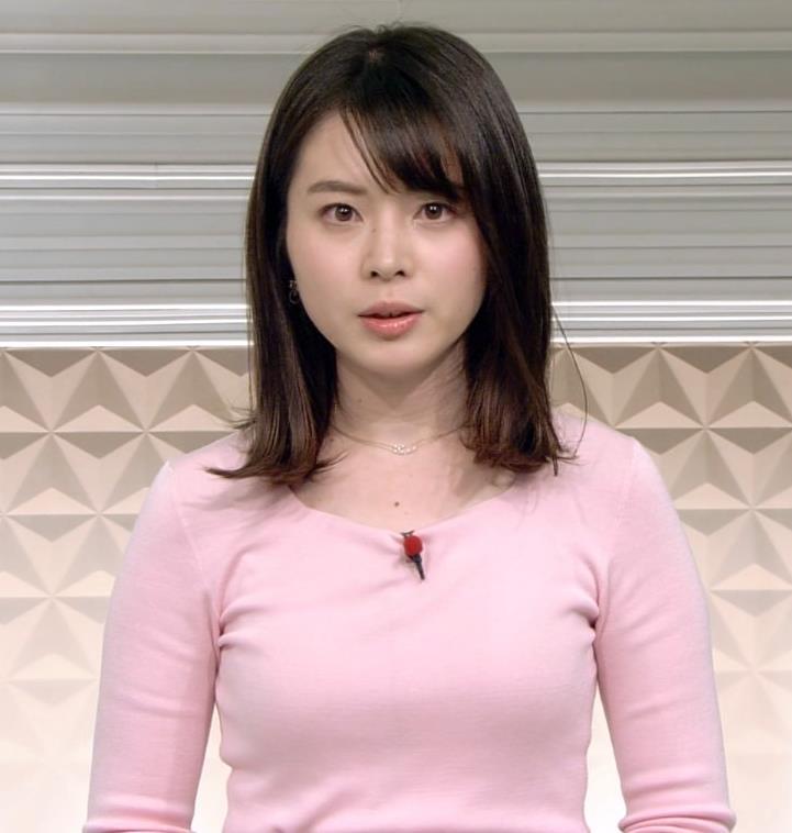 皆川玲奈アナ ピンクの薄手のニットでおっぱいクッキリキャプ・エロ画像