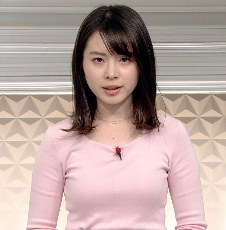 皆川玲奈アナ ピンクの薄手のニットでおっぱいクッキリキャプ・エロ画像2