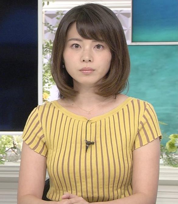 皆川玲奈アナ 縦縞Tシャツで胸のラインがでてるキャプ・エロ画像