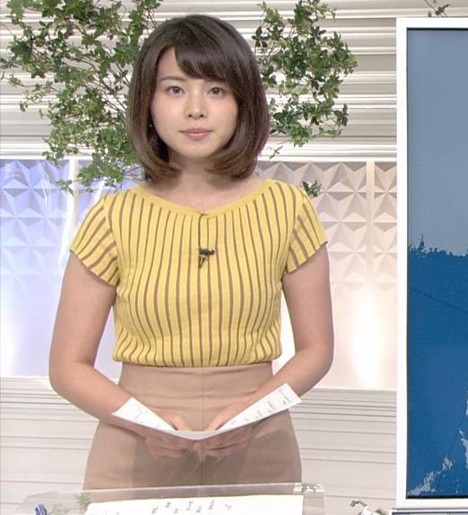 皆川玲奈アナ 縦縞Tシャツで胸のラインがでてるキャプ・エロ画像2