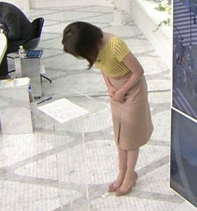 皆川玲奈アナ 縦縞Tシャツで胸のラインがでてるキャプ・エロ画像8